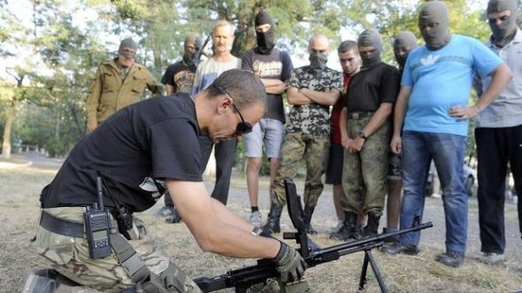 Ukrainian servicemen from the Azov Battalion train volunteers in Mariupol. Photo: AFP