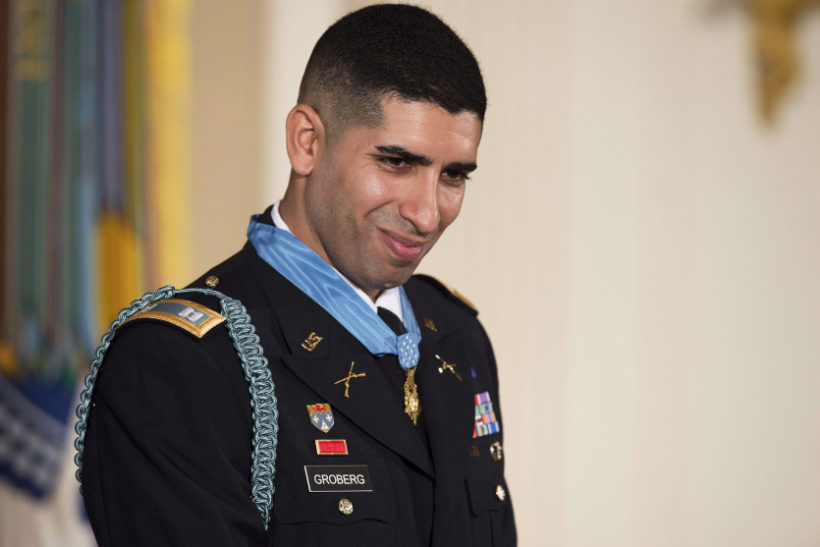 Army captain who tackled suicide bomber gets Medal of Honor