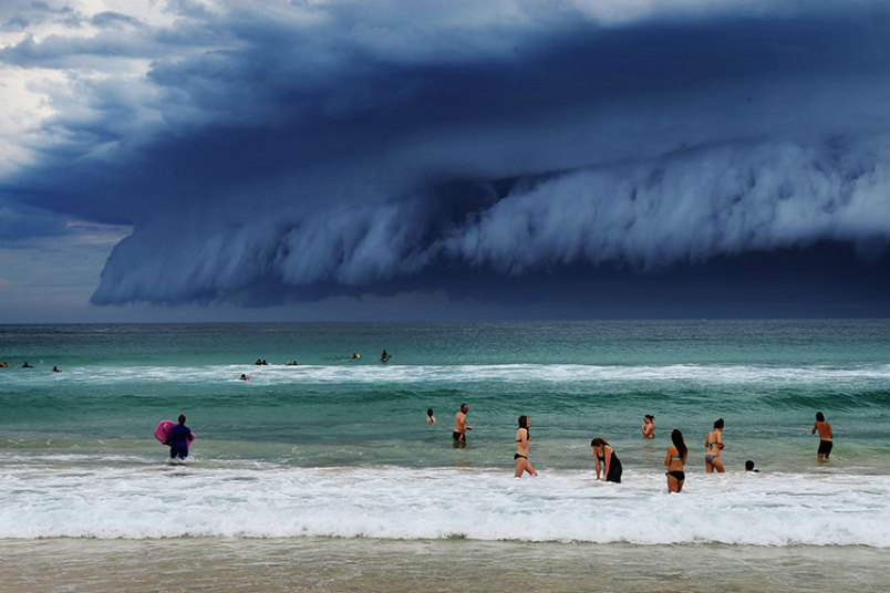 Massive 'cloud tsunami' stuns Australia