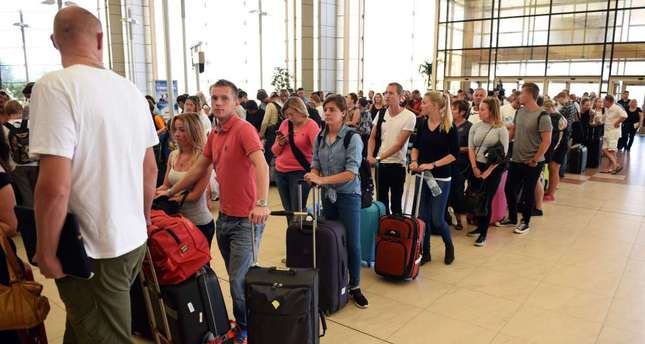 "Tourists queue up at check-in counters at the airport of Egypt's Red Sea resort of Sharm El-Sheikh on November 6, 2015. Britain moved to repatriate thousands of tourists from Egypt's Sharm el-Sheikh after warnings a ""terrorist bomb"" may have brought down a Russian jet that took off from the resort, as several nervous airlines scrapped their flights. (AFP/Mohamed el-Shahed)"