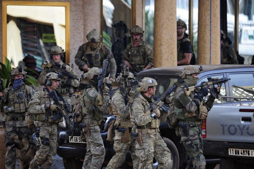 French forces take up positions outside the Splendid Hotel in Ouagadougou, Burkina Faso, on Saturday, after gunmen launched attacks on two hotels and a cafe. (Photo: Ahmed Yempabou / European Press Photo Agency)