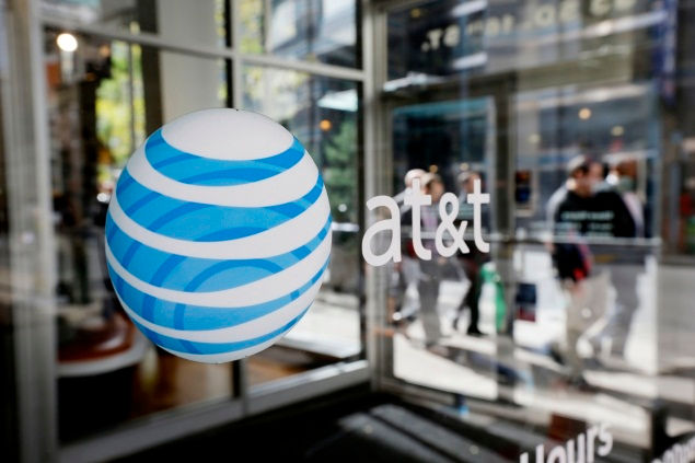 U.S. lawmakers urge AT&T to cut commercial ties with Huawei