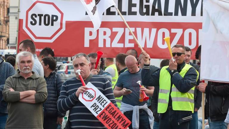 World #2 – Poland: Hundreds of cab drivers protest Uber in Warsaw